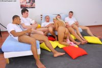 Бесплатные эротические фотки с юной блядью Jocelyn
