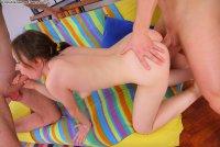 Бесплатные порно фото от сайта DoubleTeamedTeens с молоденькой шалавой Angela